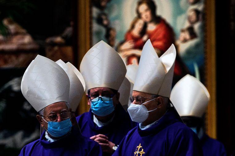 Paus Franciscus tijdens Aswoensdagmis in de Sint-Pietersbasiliek in het Vaticaan. Beeld Photo News