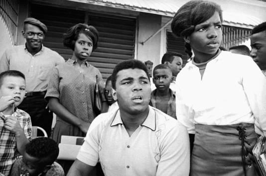 Ali met zijn buren in Miami in februari 1966, nadat hij tijdens een persconferentie in zijn huis verklaarde ontstemd te zijn door de herziening van zijn militaire keuring.