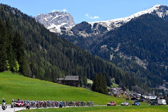 Het peloton onderweg in de Dolomieten.