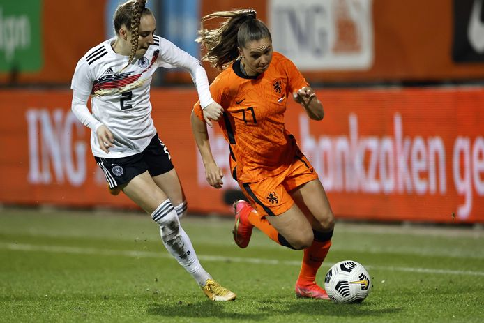 Lieke Martens (r) namens Nederland in actie.