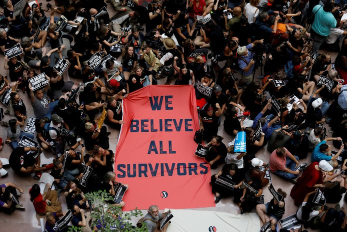 Demonstranten bij het Senaatsgebouw