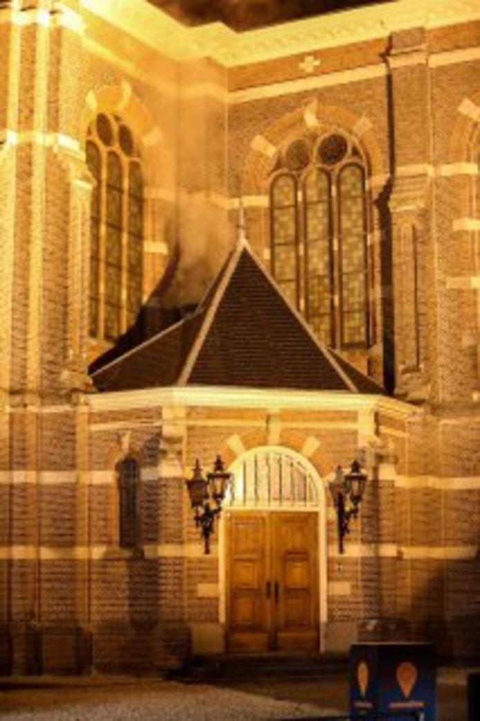 Grote rookwolken boven de Grote Kerk in Apeldoorn vrijdagavond.