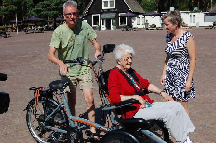Een gehandicapte vrouw zit klaar voor een ritje met een nieuwe elektrische fiets door De Hoge Veluwe.