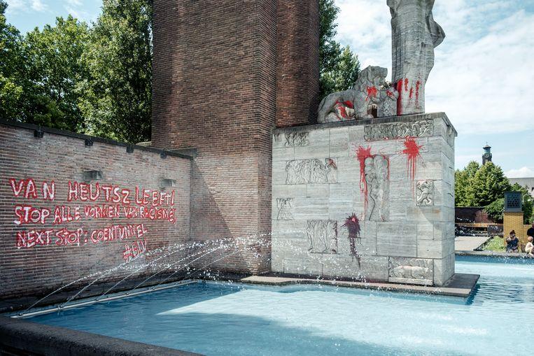 De bekladding van het beeld op het Olympiaplein in juni vorig jaar. Beeld Jakob Van Vliet