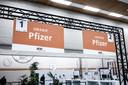 De sporters krijgen het vaccin van Pfizer, waarvoor twee prikken nodig zijn.