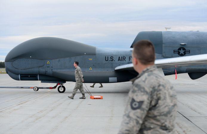 Foto ter illustratie. Amerikaanse militairen bij een RQ-4 Global Hawk-drone.