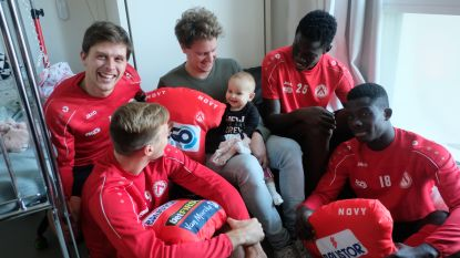 Lachen én wenen: KVK-spelers bezoeken zieke kindjes