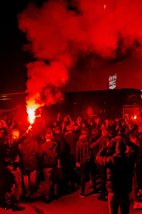 Heldenontvangst: honderden supporters bezorgen NEC-spelers warm onthaal na riante play-offzege in Almere