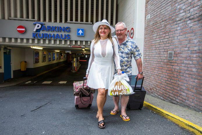 Brasil en Bert uit Vlaardingen hebben net hun auto geparkeerd in de Kurhausgarage. Ze hebben een bruiloft te vieren in het Kuhrhaus tot laat in de avond. Dat kost zo'n 30 euro aan parkeerkosten.