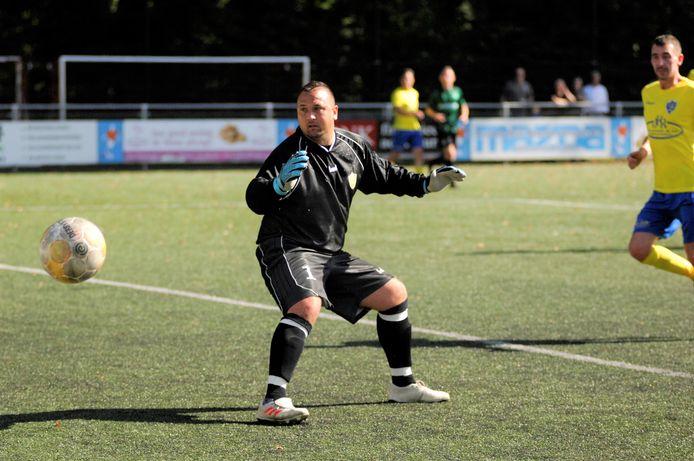 SC Veluwezoom-trainer Jhon van Beukering pakte vorig seizoen zelf de handschoenen op in de bekerstrijd. Dit seizoen begint de oud-prof het nieuwe bekeravontuur met zijn ploeg op eigen veld tegen SC Rheden op 5 september.