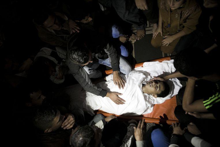 Familieleden van een 18-jarig Palestijns jongetje rouwen tijdens zijn begrafenis in het Zuiden van de Gazastrook, hij werd vermoord door een Egyptische marine patrouille tijdens het vissen. Beeld Ibrahim Khatib / Demotix
