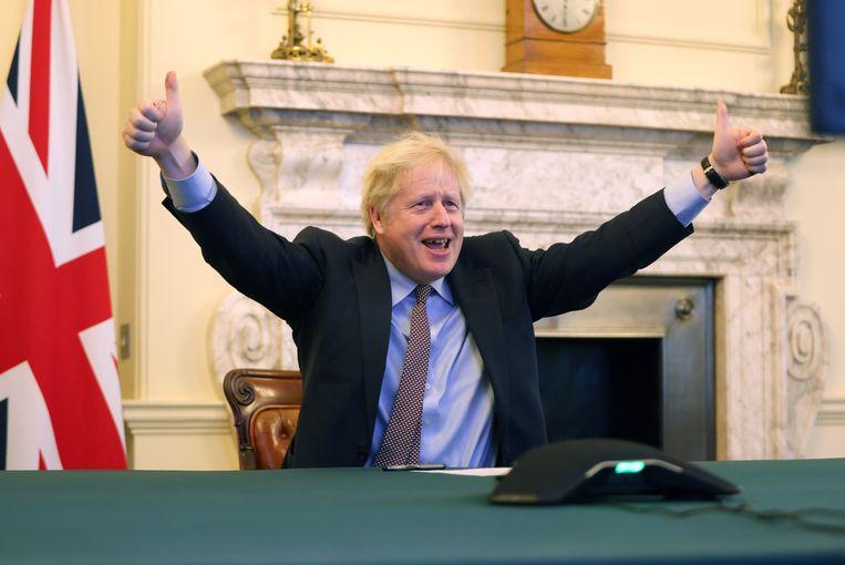 De Britse premier Boris Johnson toonde zich op Twitter in feeststemming. Beeld Boris Johnson Twitter