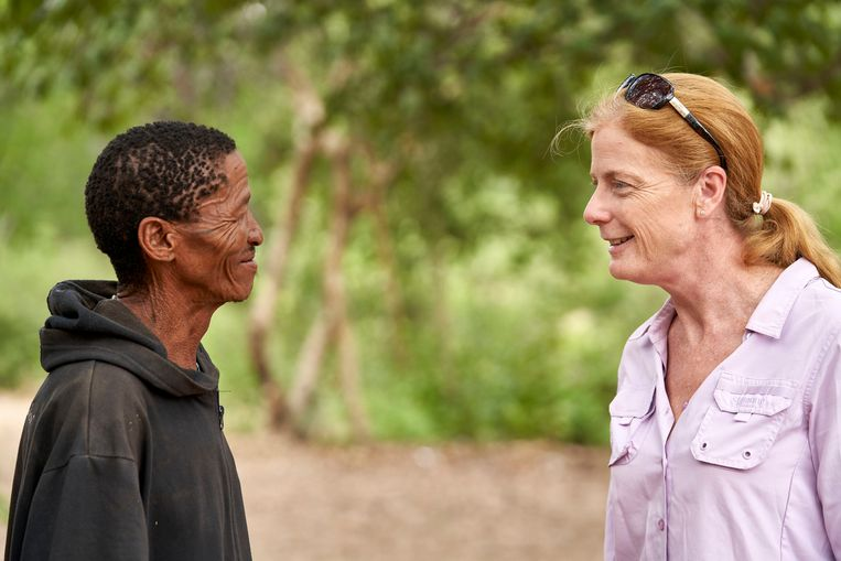 Hoofdonderzoeker Hayes in gesprek met Ikun Ikunta uit Namibië, een van de DNA-donateurs voor het onderzoek. Beeld Chris Bennett