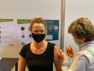 """Eerste zorgverleners in Bredene en De Haan krijgen vaccin: """"Ik keek hier toch wel naar uit"""""""