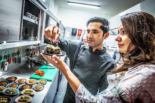 Rabia Alizadah (rechts) in de keuken van Silk Road.