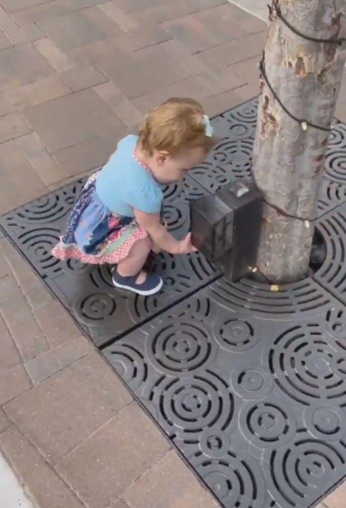 La petite fille marche à peine et connaît les gestes barrières.