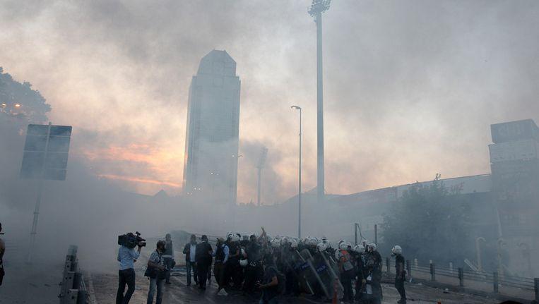 De politie heeft voor de vierde dag op een rij traangas ingezet in Istanbul. Beeld ap