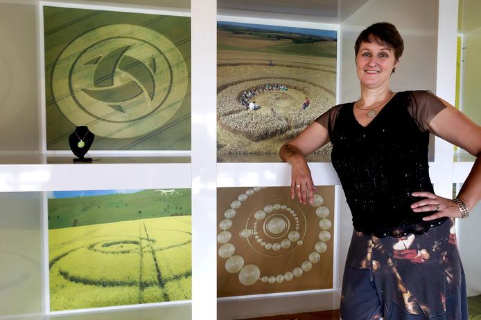 Janet Ossebaard in 'haar' graancirkelcentrum. ,,Hier kunnen mensen praten zonder te worden uitgelachen.''