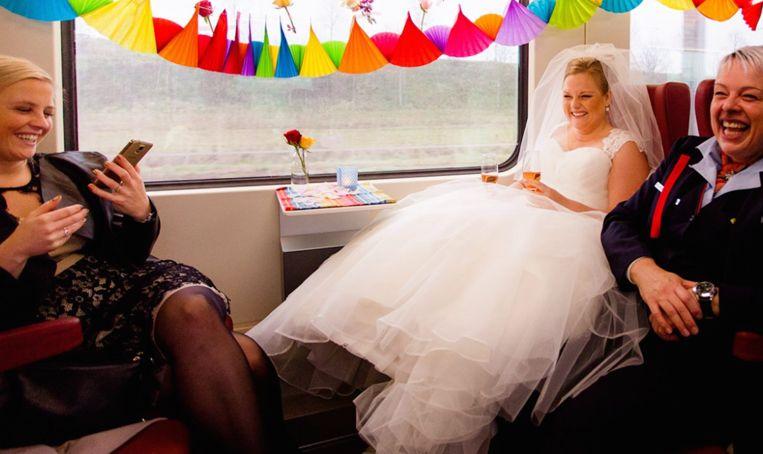 Bruid pakt de trein naar haar bruiloft