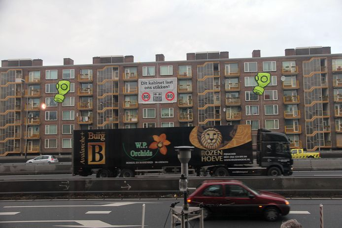 Bewoners van huizen langs de Amsterdamse ringweg A10 protesteren in 2011 tegen het opheffen van de 80-kilometerzones.