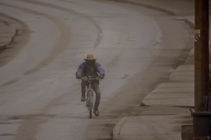 Een man op de fiets in Barbados.