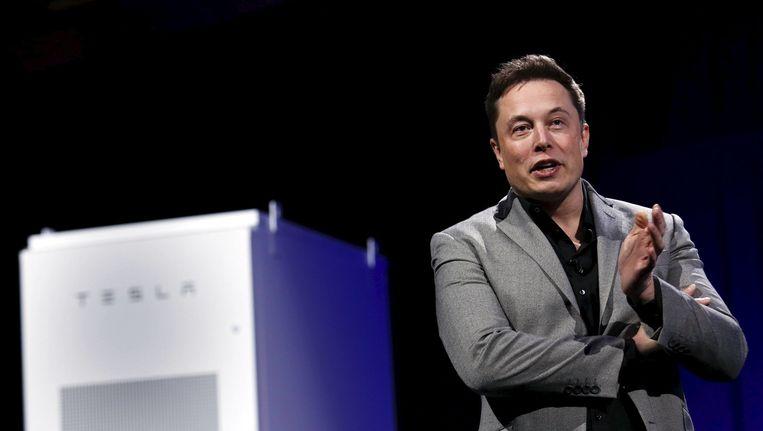 De charismatische Elon Musk bij de voorstelling van de Tesla batterij, die opgeladen kan worden met zonnepanelen en het huis van elektriciteit kan voorzien Beeld reuters