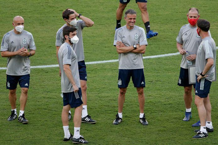 De Spaanse bondscoach Luis Enrique, zonder mondkapje, in gesprek met zijn staf.