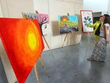 Chaos en teamgeest komen terug in schilderijen van ziekenhuismedewerkers die tijdens corona op IC werkten