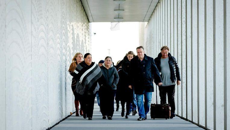 Advocaat Richard Korver komt met de nabestaanden van Mitch Henriquez aan bij het Justitieel Complex Schiphol voor aanvang van de start van de inhoudelijke behandeling van de strafzaak tegen de agenten. Beeld null