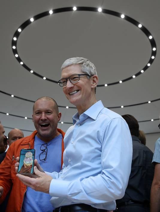 Apple-baas Tim Cook showt de nieuwe iPhone X na de presentatie vorige maand in Cupertino