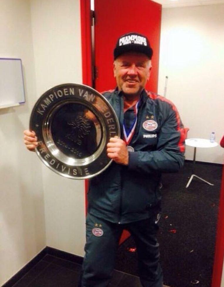 GROOTSTE SUCCESSEN AL BEHAALD BIJ PSV EINDHOVEN | Eddy met een kampioenenschaal van PSV.