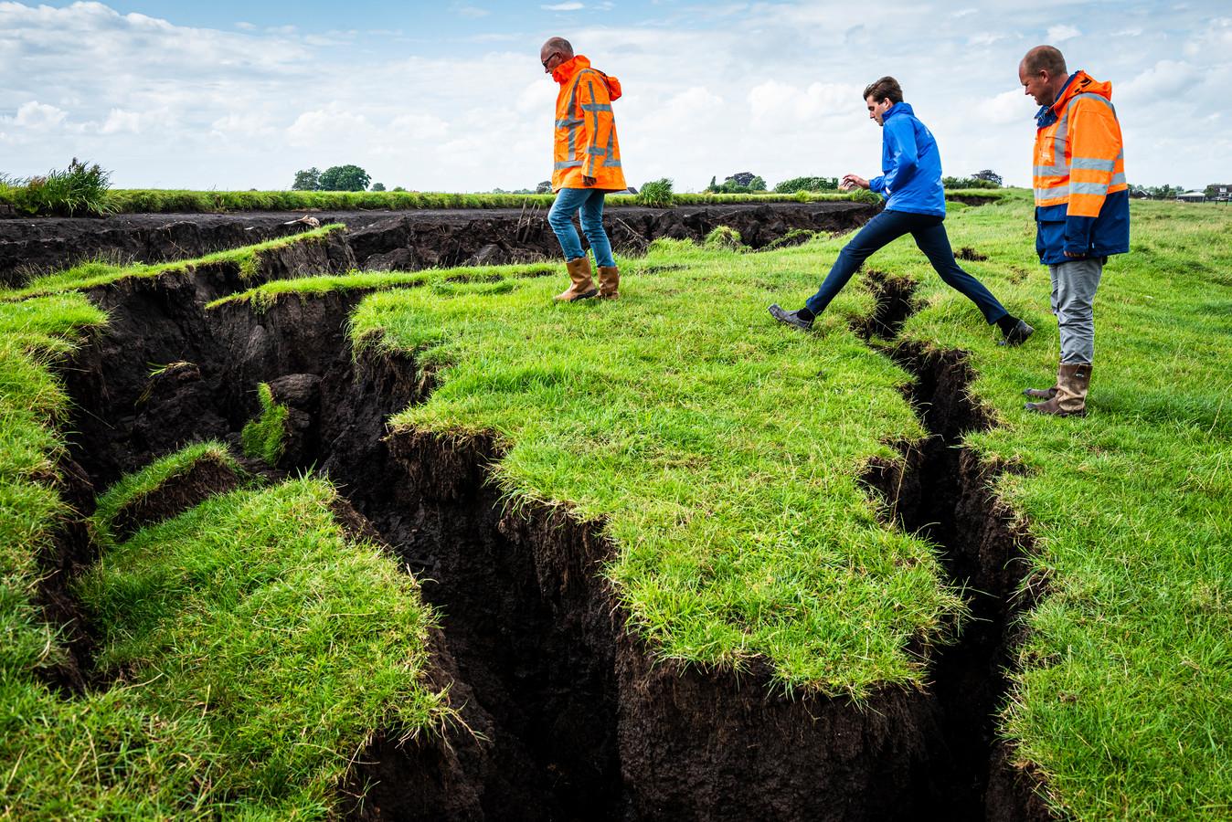 Loco-watergraaf Bas Knapp (midden) en Johan Schoon (rechts) en Rob Mensink van Hoogheemraadschap van Rijnland inspecteren de plek van de dijkdoorbraak.