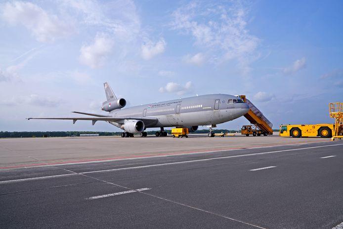 Een C-130 Hercules en een KDC-10 van de Koninklijke Luchtmacht werden gistermiddag op Vliegbasis Eindhoven beladen met water en voedsel voor Sint Maarten, Saba en Sint Eustatius.