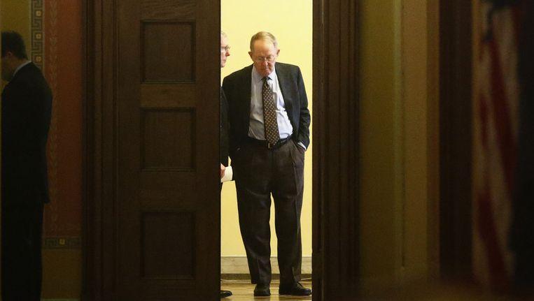 Senator Lamar Alexander praat met Mitch McConnell Beeld ap