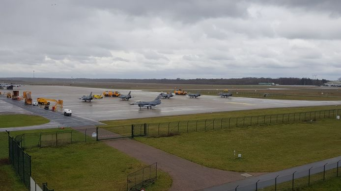 De eerste zes F-16's landen in Eindhoven.