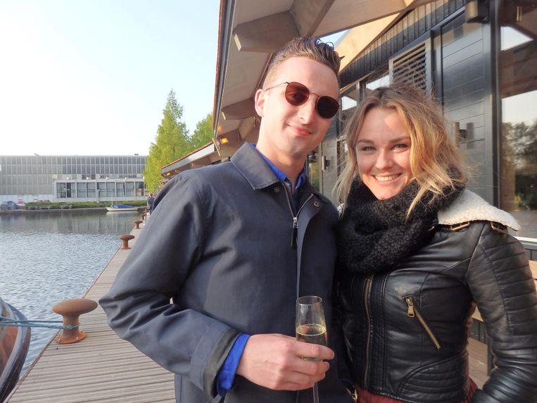 Matthijs van Unen en Sanderijn Jorna van Typhoon Hospitality op de houten strook langs het water, hernoemd tot Strandzuid Boulevard Beeld Schuim