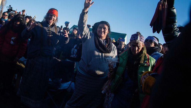 Activisten vieren het nieuws over de North Dakota Access Pipeline vandaag. Beeld AFP