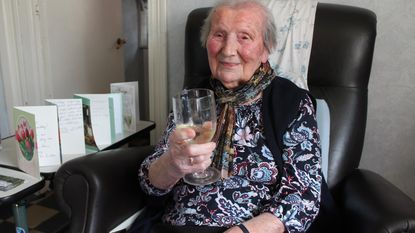 Ambrosine De Pauw viert 107de verjaardag met champagne