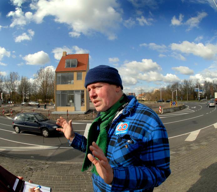 Kunstenaar John Körmeling bij het Draaiend Huis.