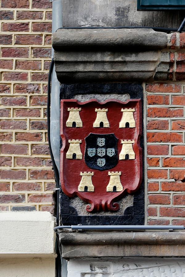 Wapen op een gevel aan de Voorstraat in Utrecht.