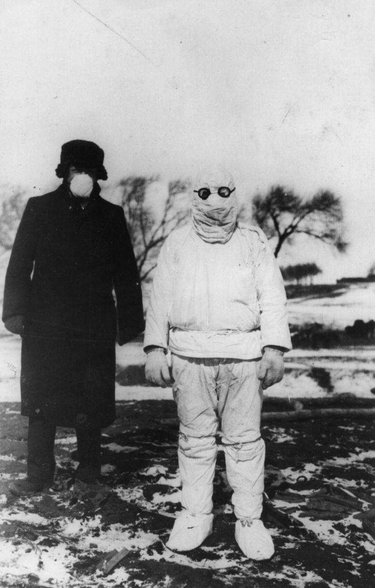 Arts in beschermende kleding in 1912, tijdens een uitbraak van de pest in Mantsjoerije.  Beeld Getty Images