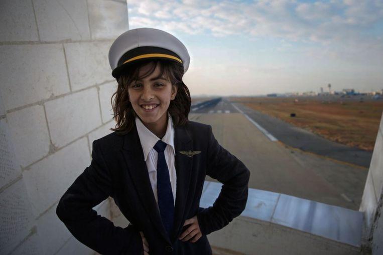 Amani (12), piloot.`Ik ben gek op vliegtuigen. Mijn broer zei altijd dat een meisje geen piloot kan worden, maar in mijn hart wist ik wat ik wilde en het lukte me de pilotenopleiding te volgen. Nu leef ik mijn droombestaan.' Beeld Meredith Hutchinson