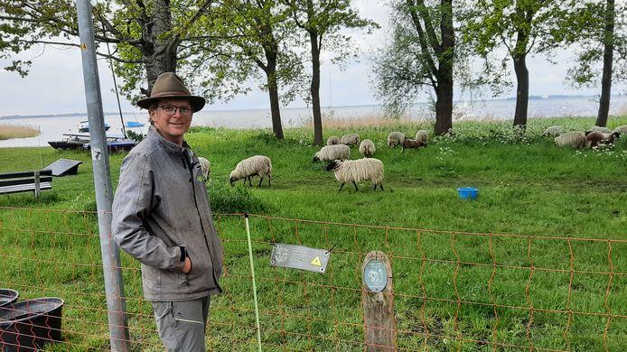 Herder Jeroen Huiskamp aan het Zeepad. De kudde blijft hier nog een week.