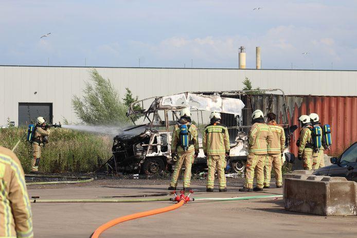 De mobilhome op de bedrijvensite in de Pottenbakkerstraat brandde nagenoeg volledig uit.