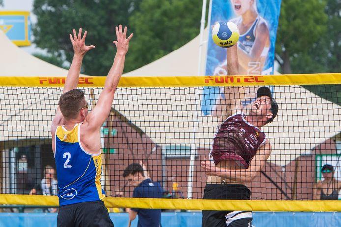 Daan Haanappel smasht de bal over het net in Zutphen, waar hij meedoet aan de eredivisie beachvolleybal.