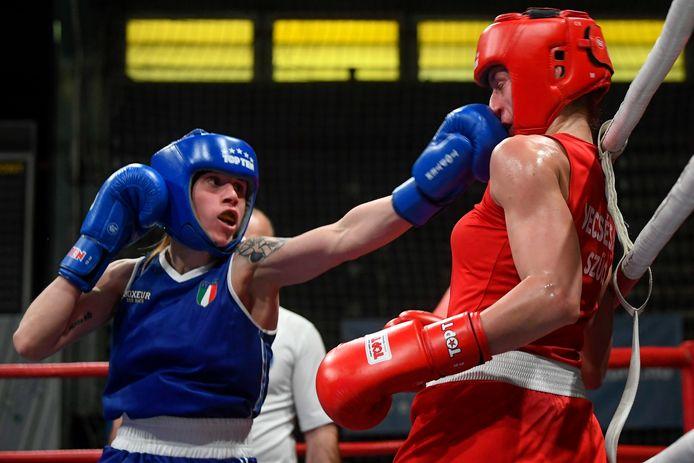 Irma Testa (blauw) uit Italië deelt een stoot uit tegen Szabina Szucs uit Hongarije (rood) in de laatste wedstrijd van de 57 kg damescategorie op het 65e Bocskai Istvan International Memorial Boxing Tournament in Debrecen.