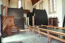 Let vooral op de preekstoel links, de grote ontbijttafel met kerkstoelen centraal en de biechtstoel rechts.
