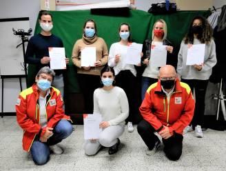 Cursisten Eerste Hulp Rode Kruis halen na maandenlang uitstel door corona eindelijk hun brevet