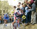 Frank Vandenbroucke in het wiel van de uiteindelijke Ronde van Vlaanderen-winnaar 2003: Peter Van Petegem.
