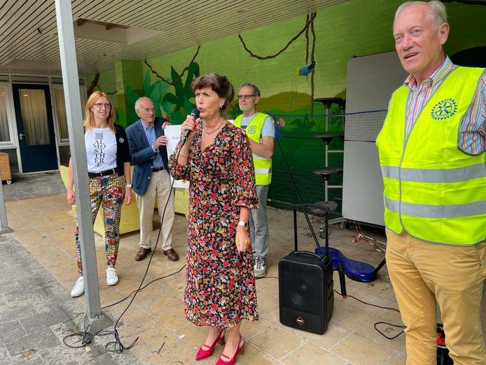 Rita van Leeuwen, directeur van de Petraschool, kreeg voor haar school van de jubilerende Rotaryclub Eindhoven-Noord vijftig jaarabonnementen op het weekblad Donald Duck.